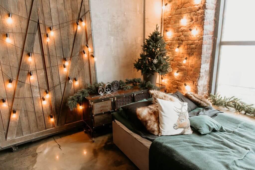 黃光燈泡裝飾臥室