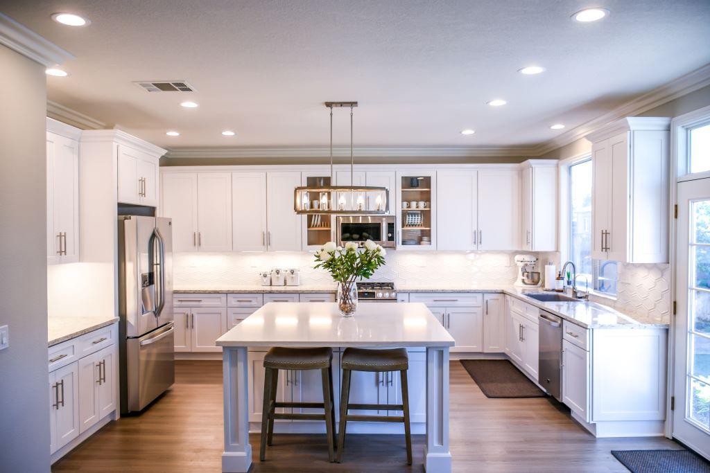 白光燈泡裝飾廚房